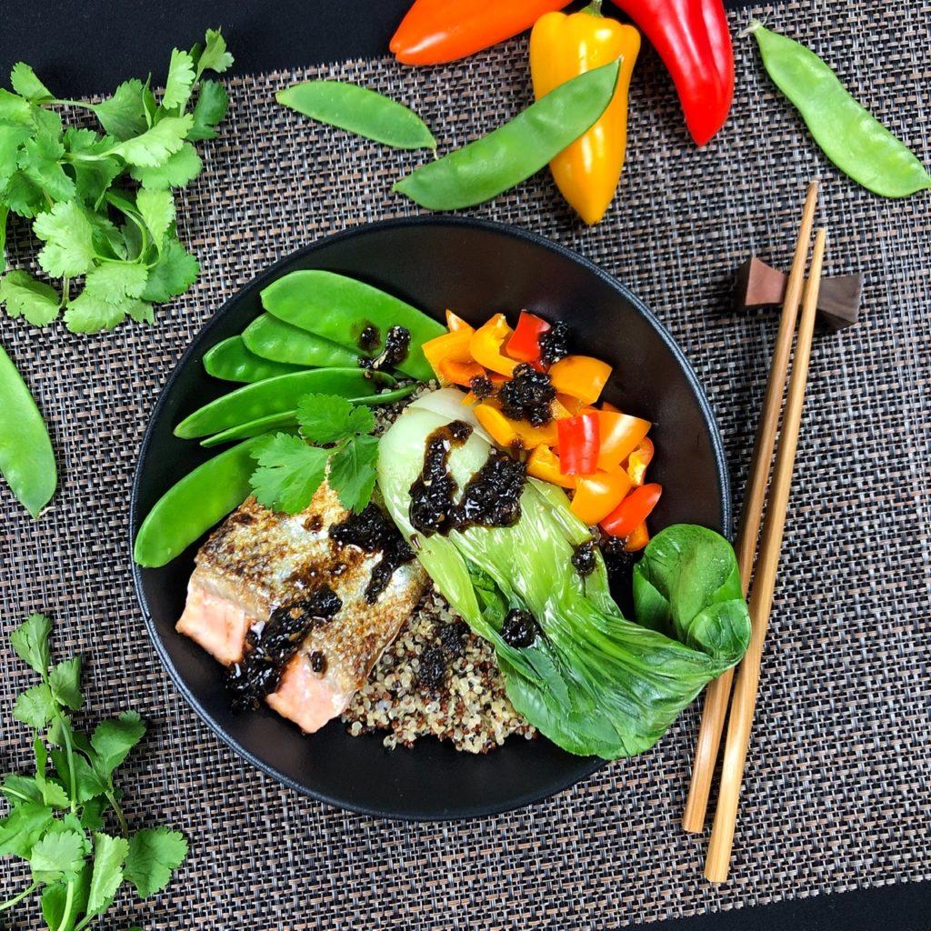 Quinoa-Lachs-Bowl mit Paprika, Zuckerschoten, Pak Choi und Tamarindensauce